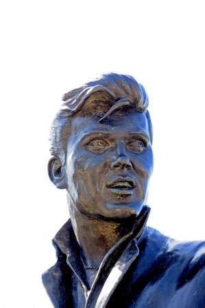merseyside: Statua della pop star Billy Fury a Pier Head, Liverpool, Merseyside, Inghilterra, Regno Unito, Europa occidentale.