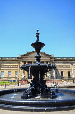 merseyside: Walker Art Gallery con la fontana Steble in primo piano, Liverpool, Merseyside, Inghilterra, Regno Unito, Europa occidentale. Editoriali