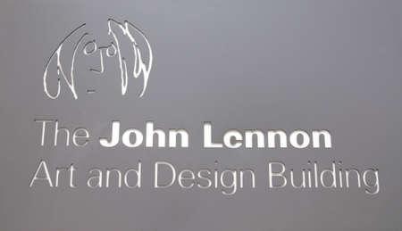 merseyside: Il John Lennon Arte e Design costruzione Segno, Liverpool, Merseyside, Inghilterra, Regno Unito, Europa occidentale. Editoriali
