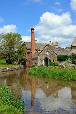 molino de agua: The Old Mill a lo largo del r�o de ojos, Baja Masacre, Cotswolds, Gloucestershire, Inglaterra, Reino Unido, Europa occidental. Foto de archivo