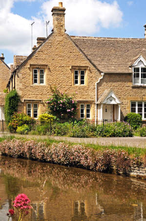 cotswold: Cottage Cotswold lungo il fiume Eye, Lower Slaughter, Cotswolds, Gloucestershire, Inghilterra, Regno Unito, Europa occidentale. Archivio Fotografico