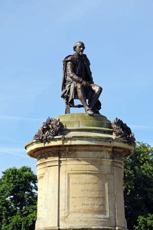 bard: Statue of William Shakespeare sitting on top of the Gower Memorial, Stratford-upon-Avon, Warwickshire, England, UK, Western Europe. Stock Photo