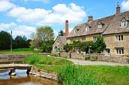 cotswold: Cottage Cotswold lungo il fiume Eye, Lower Slaughter, Cotswolds, Gloucestershire, Inghilterra, Regno Unito, Europa occidentale. Editoriali