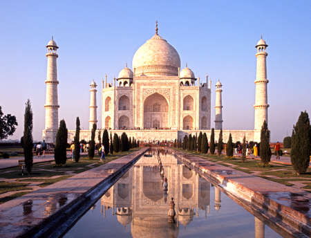 View of the Taj Mahal in the early evening light built by Mughal Emperor Shah Jahan in memory of his wife, Mumtaz Mahal, Agra, Uttar Pradesh, India. Éditoriale