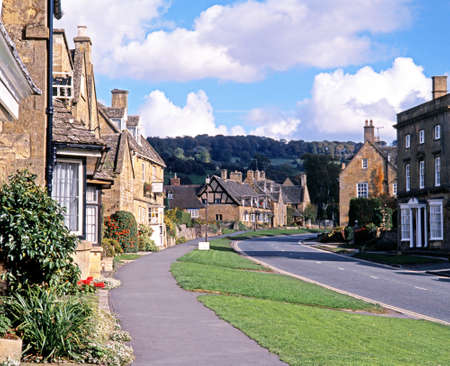 cotswold: Cotswold stone houses along the High Street, Broadway, Worcestershire, Cotswolds, England,