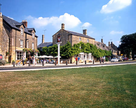 worcestershire: Pavement cafe outside the Swan Hotel along the High Street, Broadway, Worcestershire, Cotswolds, England, United Kingdom, Western Europe. Editorial