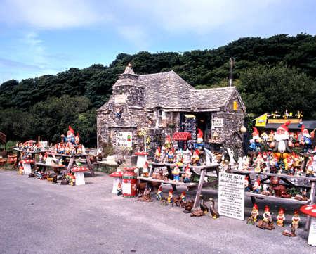 gnomos: Vista de la tienda de regalos Pixie House, Tintagel, Cornualles, Inglaterra, Reino Unido, Europa occidental.