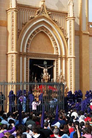 fraternidad: Los miembros de la Hermandad Salud llevan el flotador con Cristo de la iglesia de San Pablo (San Pablo) durante la Semana de Santa semana, M�laga, provincia de M�laga, Andaluc�a, Espa�a, Europa Occidental.