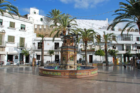 Fountain in the town square, Vejer de la Frontera, Costa de la Luz, Cadiz Province, Andalusia, Spain, Western Europe. 新聞圖片
