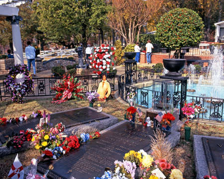 graceland: Elvis Presleys grave in the remembrance garden at Graceland, the home of Elvis Presley, Memphis, Tennessee, United States of America.