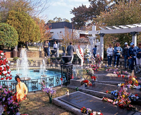 elvis presley: Elvis Presleys grave in the remembrance garden at Graceland, the home of Elvis Presley, Memphis, Tennessee, United States of America.