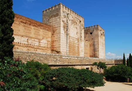 aljibe: Cisterna de tenis que ofrece Torre Quebrada y Torre del Homenaje torres del castillo Torre Rota y la Torre del Homenaje, Palacio de la Alhambra, Granada, Provincia de Granada, Andalucía, España, Europa Occidental.