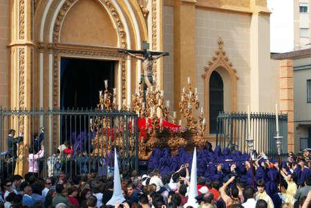 brotherhood: Los miembros de la Hermandad Salud llevan el flotador con Cristo de la iglesia de San Pablo (San Pablo) durante la Semana de Santa semana, Málaga, provincia de Málaga, Andalucía, España, Europa Occidental.