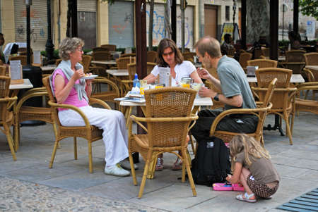 paseo: People relaxing at a pavemernt cafe on the Paseo de los Tristes in the Albaicin, Granada, Granada Province, Andalusia, Spain, Western Europe.