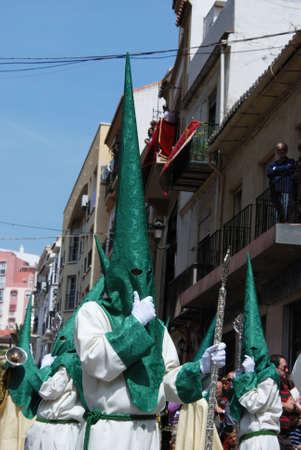 fraternidad: Los miembros de la hermandad Pollinca caminando por el centro de la ciudad durante la Semana de Santa, M�laga, provincia de M�laga, Andaluc�a, Espa�a, Europa Occidental.