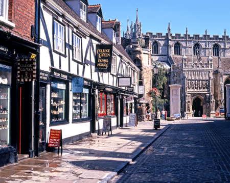 College straat die leidt naar de kathedraal (kathedraal kerk van St. Peter en de heilige en ondeelbare drie-eenheid), Gloucester, Gloucestershire, Engeland, Verenigd Koninkrijk, West-Europa. Redactioneel