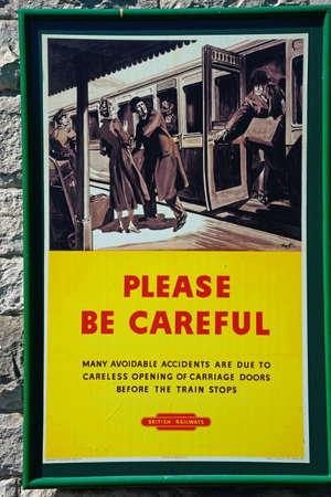 오래 된 구식 영국 철도 조심 포스터 기차역, Corfe, Dorset, 영국, 영국, 서유럽.