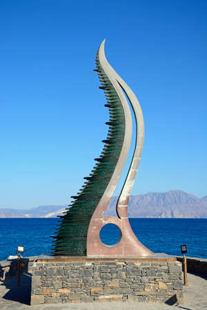 cuerno de la abundancia: Estatua de la cornucopia también conocida como el cuerno de Amalthea en el borde de las aguas, Agios Nikolaos, Creta, Grecia, Europa. Editorial