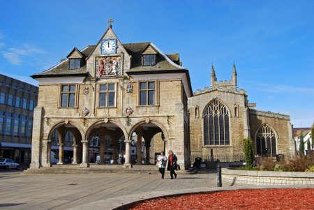 De Guildhall in Cathedral Square met de kerk van St. John aan de achterzijde, Cathedral Square, Peterborough, Cambridgeshire, Engeland, Verenigd Koninkrijk, West-Europa.