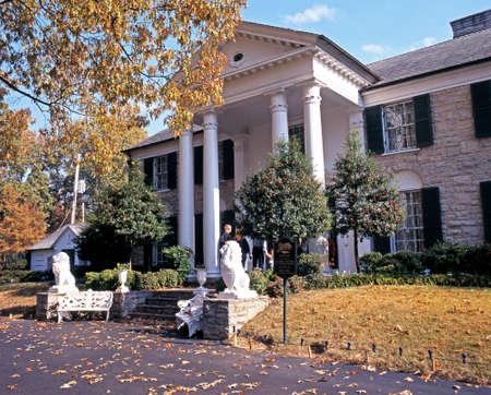 Vooraanzicht van Graceland, het huis van Elvis Presley, tijdens de herfst, Memphis, Tennessee, de Verenigde Staten van Amerika. Redactioneel