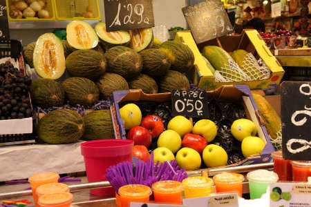 la boqueria: Fruit stall at La Boqueria, Barcelona