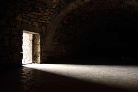 castello medievale: Luce che entra attraverso la porta Archivio Fotografico