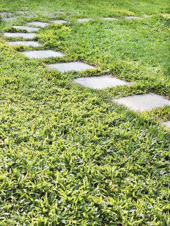crop margin: Retrato vertical de c�sped exuberante verde c�sped no natural con banderas versi�n piedras en un arco, espacio de copia y cultivos