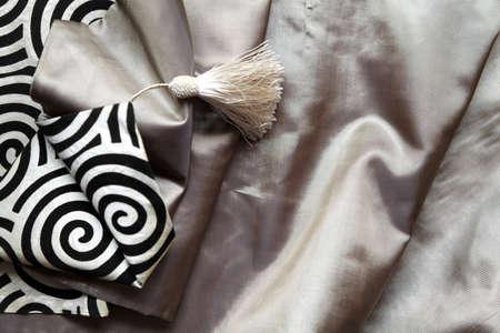 crop margin: paisaje retrato de giros en blanco y negro y borla en un tejido de seda de color claro, con copia espacio y de los cultivos m�rgenes