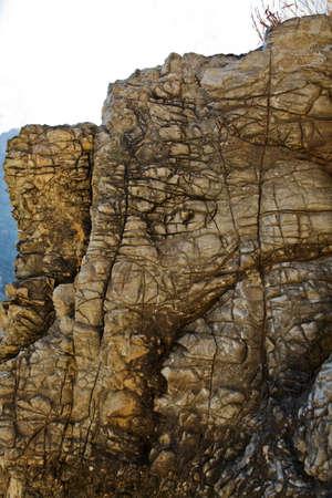 crop margin: Retrato de un acantilado que representa a los elefantes se dirige a lo largo del pie de p�blico que conduce a Shiva, Devi Temple una peregrinaci�n hind� en las monta�as del Himalaya Trikuta