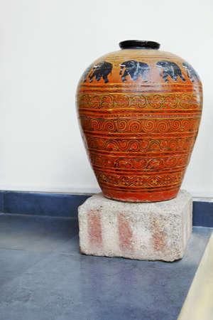 crop margin: Rajasthan, India, Retrato vertical de una mano de barro cocido adornado pintado resceptical hecha por locales Paerson cafts Editorial