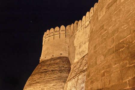 crop margin: Landsacpe del exterior cerca de la puerta principal y bastiones de Fort Kumbhalghar en la noche