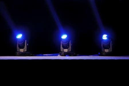 sfondo luci: Cattura orizzontale di faretti blu su una posizione teatro rilancio fase pre-tenda di colpo Grand Hyatt, Goa, India