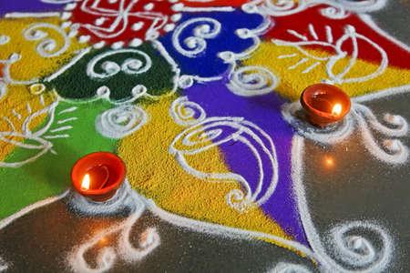 Hand getrokken door besprenkeling gekleurde poeders, rangoli zijn een gewoonte in Hindoese huishouden tijdens Divali en feestelijke gelegenheden bijvoorbeeld nieuwe jaar Stockfoto