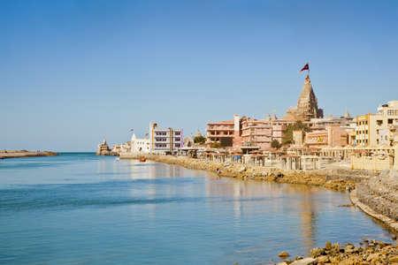 krishna: Dwarka Roadtrip Landschap van Dwarka Bay, Arabische Zee en de promenade van de openbare weg die leidt tot aan de Shree Krishna Temple Dwarakadheesh een belangrijke religieuze plaats en pelgrimsoord voor hindoes aan de kust van Gujarat, India