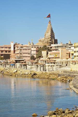 hindues: Dwarka Roadtrip Portriat de Dwarka bah�a, el mar Ar�bigo y el paseo mar�timo de la v�a p�blica que conduce hasta el Shree Krishna Temple Dwarakadheesh un lugar religioso importante y peregrinaci�n para los hind�es en la costa de Gujarat, India