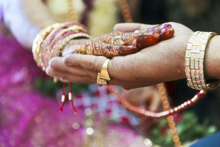rituales: Captura de color vertical tomada en una boda hind� en Surat India Parte de la ceremonia es que la novia pone su mano en la mano de los novios mientras que los rituales se llevan a cabo por parte del clero Foto de archivo