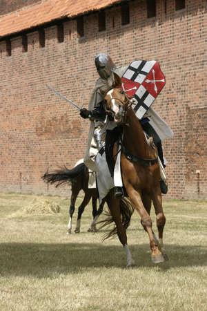 edad media: Caballero en caballo con el arma en la mano Foto de archivo