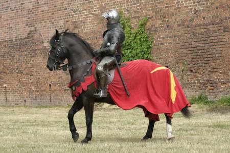 Knight a ló fegyverrel a kézben
