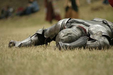 espadas medievales: Caballero derrotado en el campo de batalla Foto de archivo