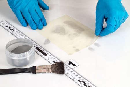 incartade: Divulgation des preuves m�dico-l�gales � l'aide de poudres d'empreintes digitales.