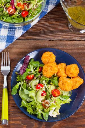 nuggets de pollo: Ensalada mixta con trozos de pollo. Foto de archivo
