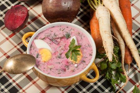 remolacha: Sopa fr�a de remolacha con huevo Foto de archivo