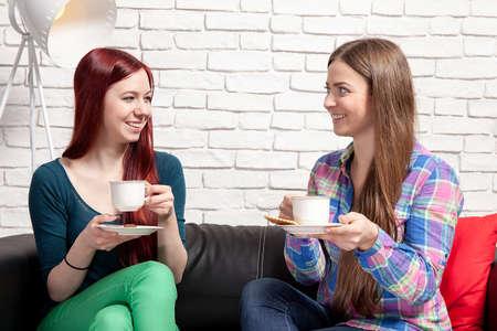 dos personas platicando: Dos mujeres charlan sobre el caf� en casa.