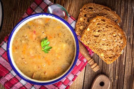 zuppa di piselli Split con salsiccia in una ciotola. Archivio Fotografico