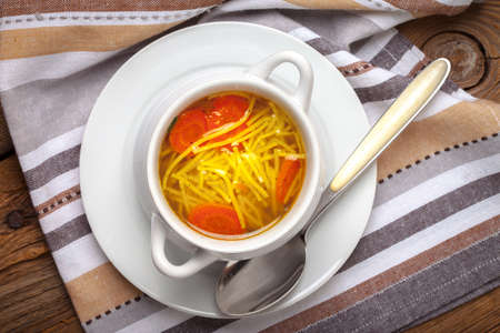 sopa de pollo: Bowl of chicken soup with vegetables and noodles. Top view.