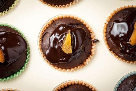 Lekkere en frisse - zelfgemaakte chocolademuffins. Ondiepe diepte van gebied. Bovenaanzicht. Stockfoto