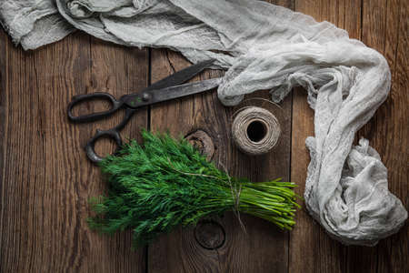 Dille. Verse tuin kruiden op houten tafel. Bovenaanzicht.