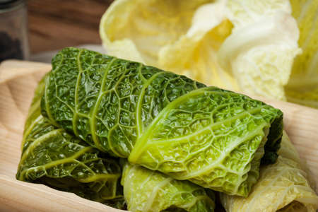 Cabbage rolls stuffed with meat and grits prepared for cooking. Stockfoto