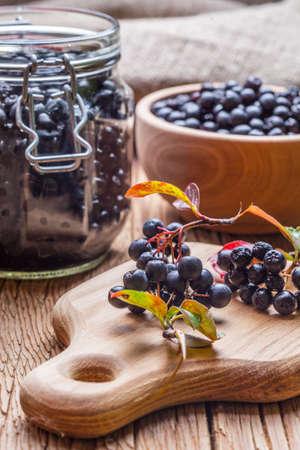 Owoce aronii czarnej przygotowane do przetworzenia. Mała głębia ostrości. Zdjęcie Seryjne