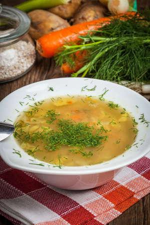 Traditionelle Suppe mit Gersten- und Hühnermagen. Standard-Bild